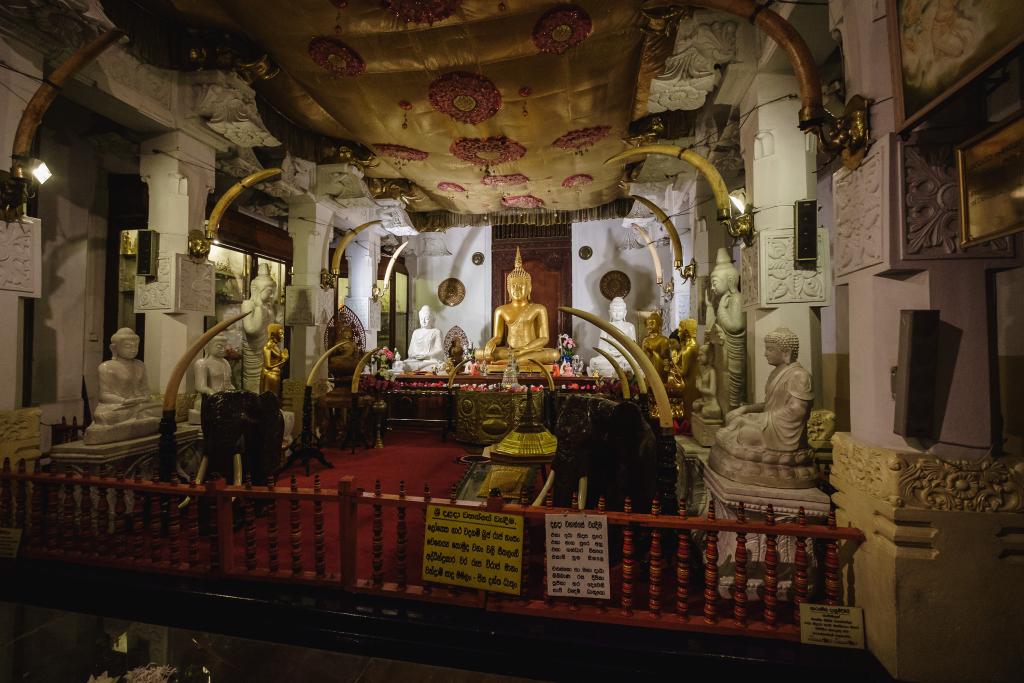Zahntempel_Sri Lanka_Sri Dalada Maligawa_Kandy_Buddhastatue