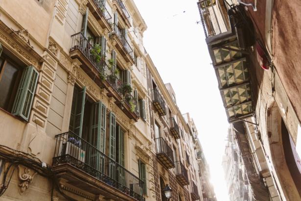 Barcelonas Gassen bei tief stehender Sonne
