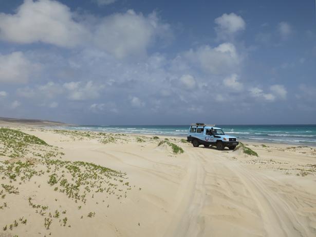 Im Jeep geht es quer über die Insel und über Dünen und Strände.