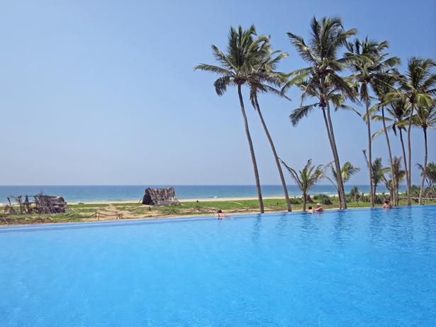 Vom Infinit-Pool blickt man direkt auf den Strand.
