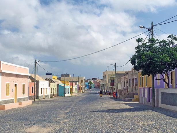 Die Dörfer der Insel kommen in bunten Farben daher.