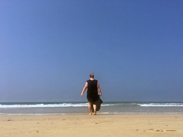 TUI-Bloggerin Jasmin Kreulitsch am Strand des