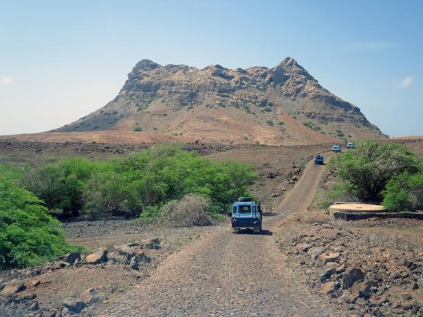 Ein typischer Anblick auf der Insel: ein erodierter Vulkanschlot.