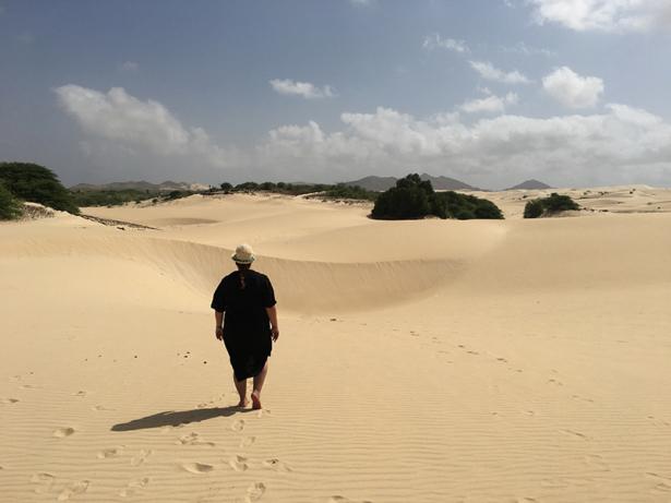 """TUI-Bloggerin Jasmin Kreulitsch mitten in der """"Sahara des Atlantiks""""."""