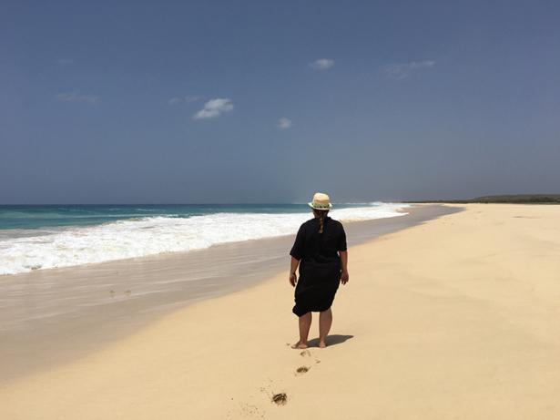 TUI-Bloggerin Jasmin Kreulitsch am Bilderbuchstrand Praia de Santa Monica.