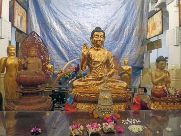 Eine goldene Buddah-Figur im Tempel