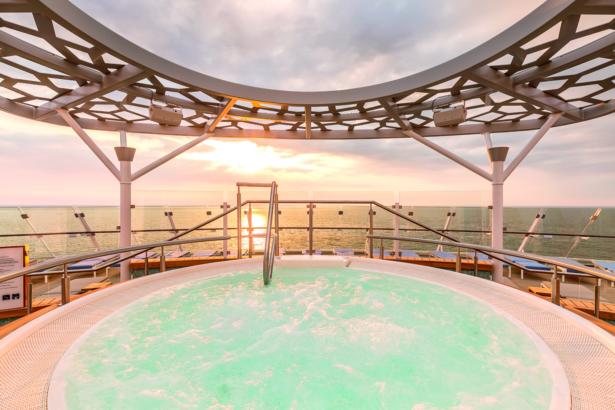 TUI_Kreuzfahrten_TUICruises_TUIReiseexperten_Pool_Aussicht_Sonnenuntergang