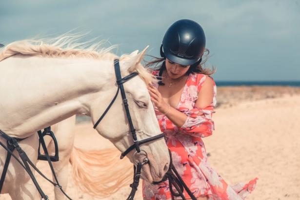 Kapverden Nelly und Pferd am Strand