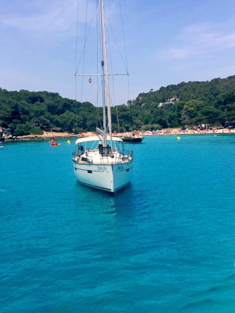 Cala Macarella auf Menorca mit Boot