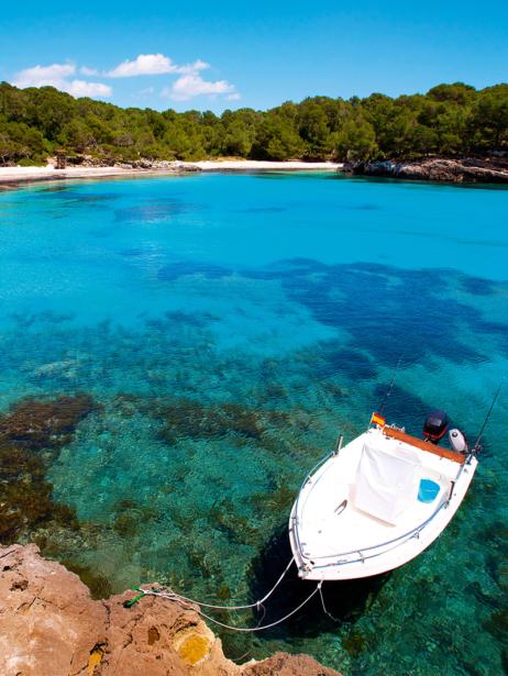 Cala Turqueta auf Menorca mit Boot