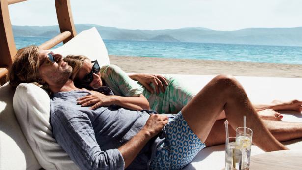 2 Nächte geschenkt Paar am Strand