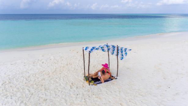 Makunudu Island Malediven Strand mit Sonnenbett