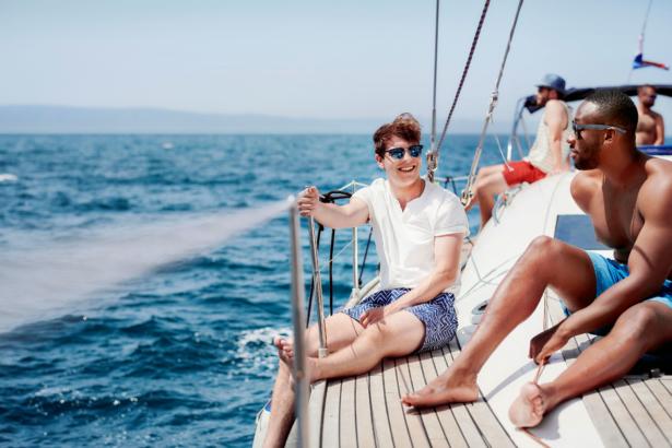Männer sind auf einer Bootstour