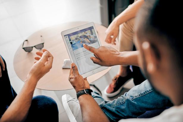 Mann klickt am iPad
