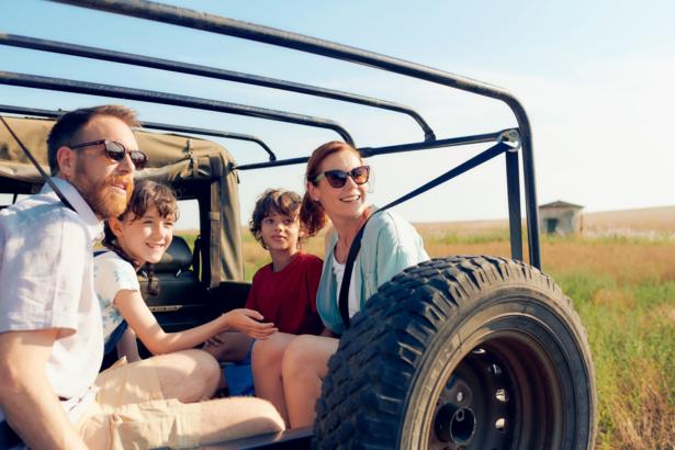 junge Familie auf Safari