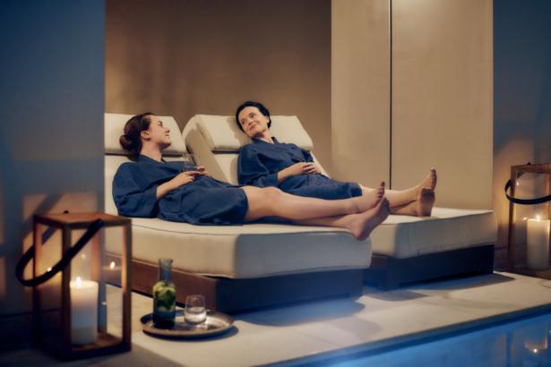 Frauen liegen in der Therme und entspannen