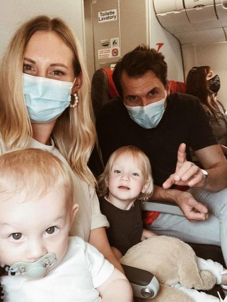 Familienfoto im Flugzeug